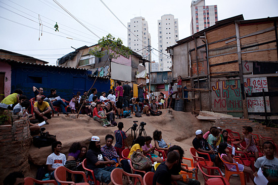 The exhibition space and the workshops occured at Favela Moinho. Source: https://m.flickr.com/#/photos/bienalsaopaulo/15405564824/, acessed  on 09-04-2015.
